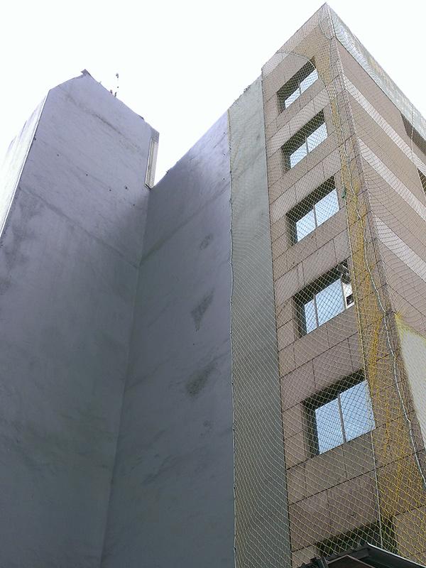 外牆石材鬆脫可能導致路人受傷,應進行外牆拉皮以保護公共安全