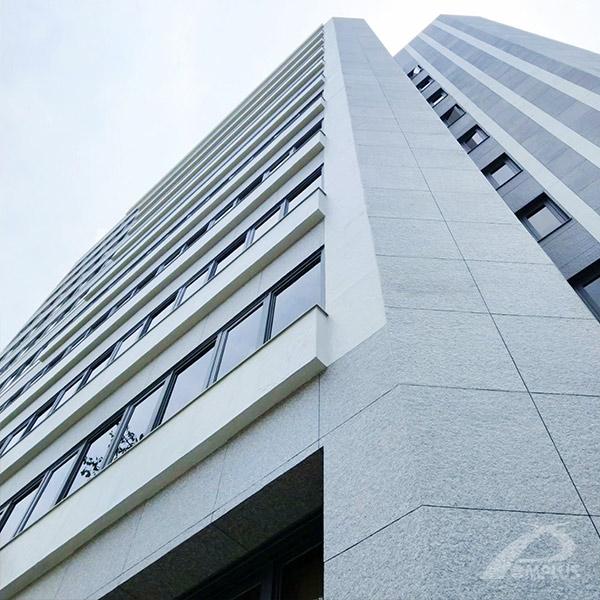 台北復興南路中菱大樓外牆拉皮使用MA工法,不僅輕薄又堅固還能呈現仿天然石的樣貌