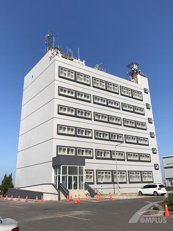雲林麥寮港勤大樓外牆拉皮以SP高耐候塗料系統工法呈現明亮琺瑯板質感