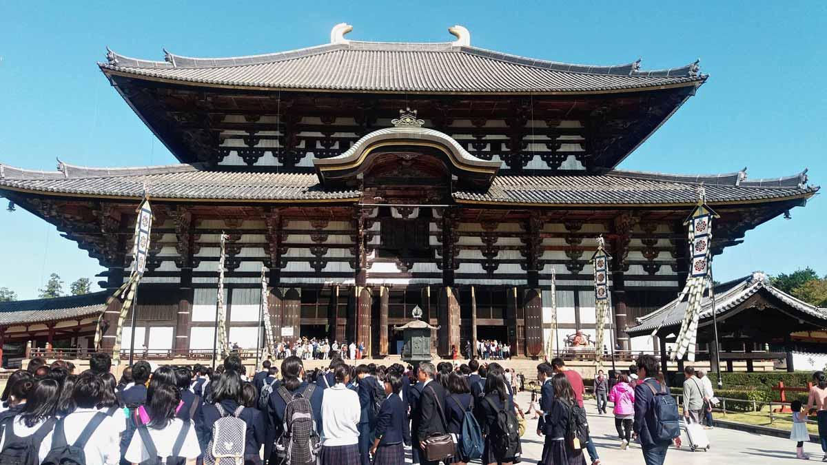 日本東大寺前聚集許多修學旅行時的學生。(攝影/施文華)
