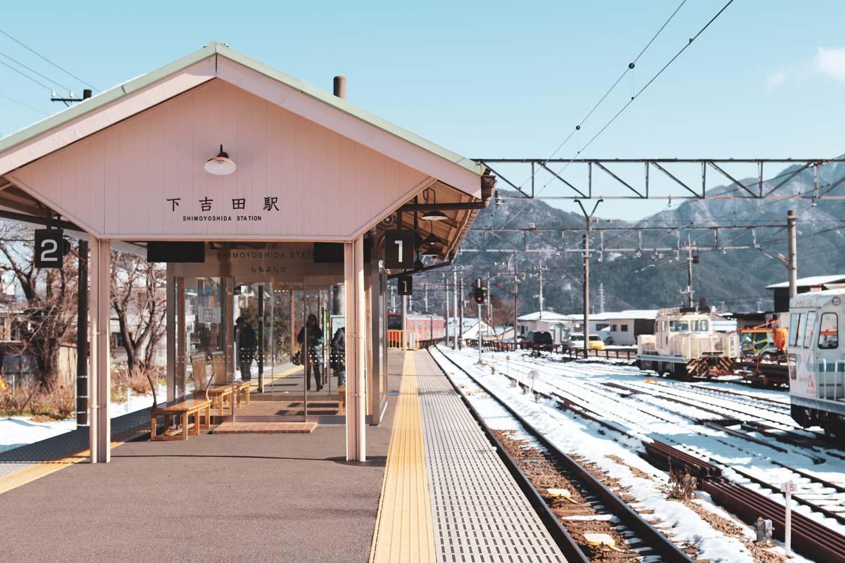 日本下吉田車站。(圖/Karen Z/Unsplash)
