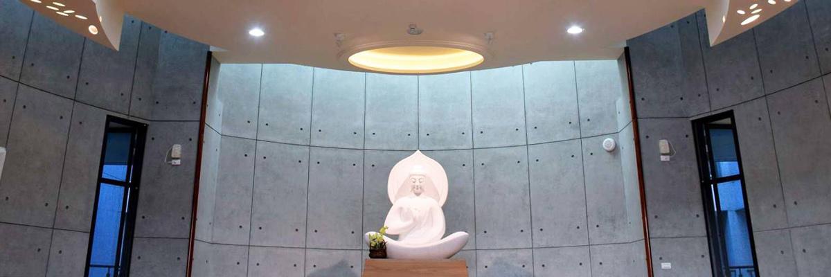 藍田寺的外觀與內牆都使用後製清水模,素雅質感能保持佛寺所需的莊嚴氛圍,又不會過於呆板。(圖片來源/中華佛寺協會)