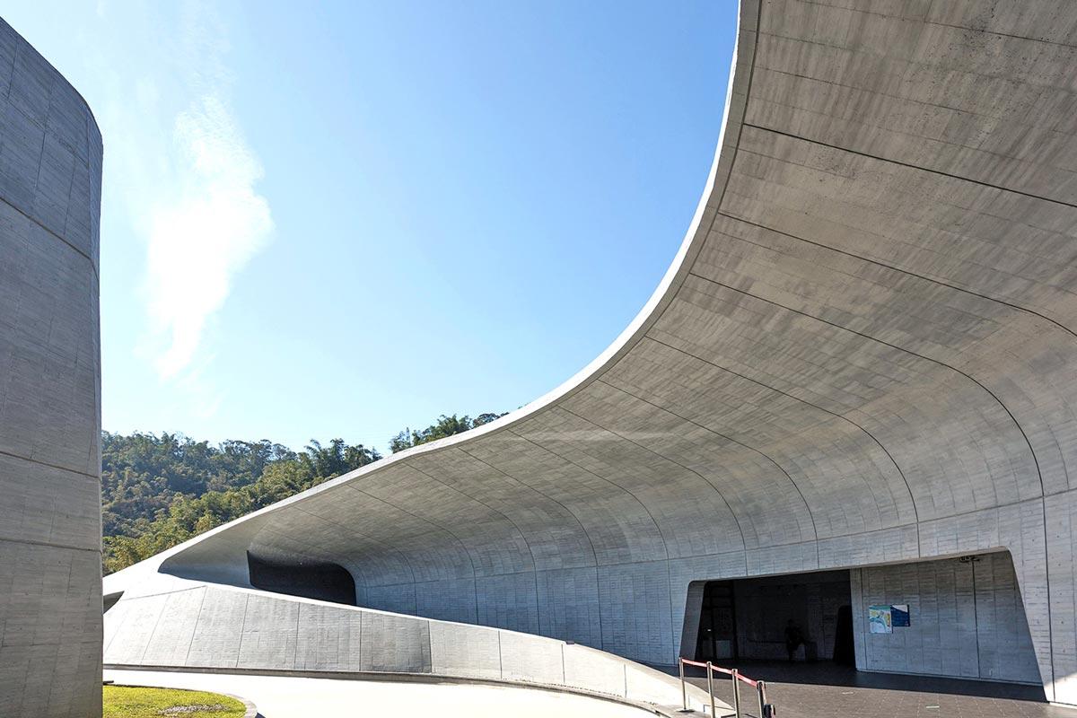 位於日月潭畔的向山遊客中心,清水模建築本身就像是一座自然景觀。(圖片來源/WALLPLUS外牆專科工法網站)