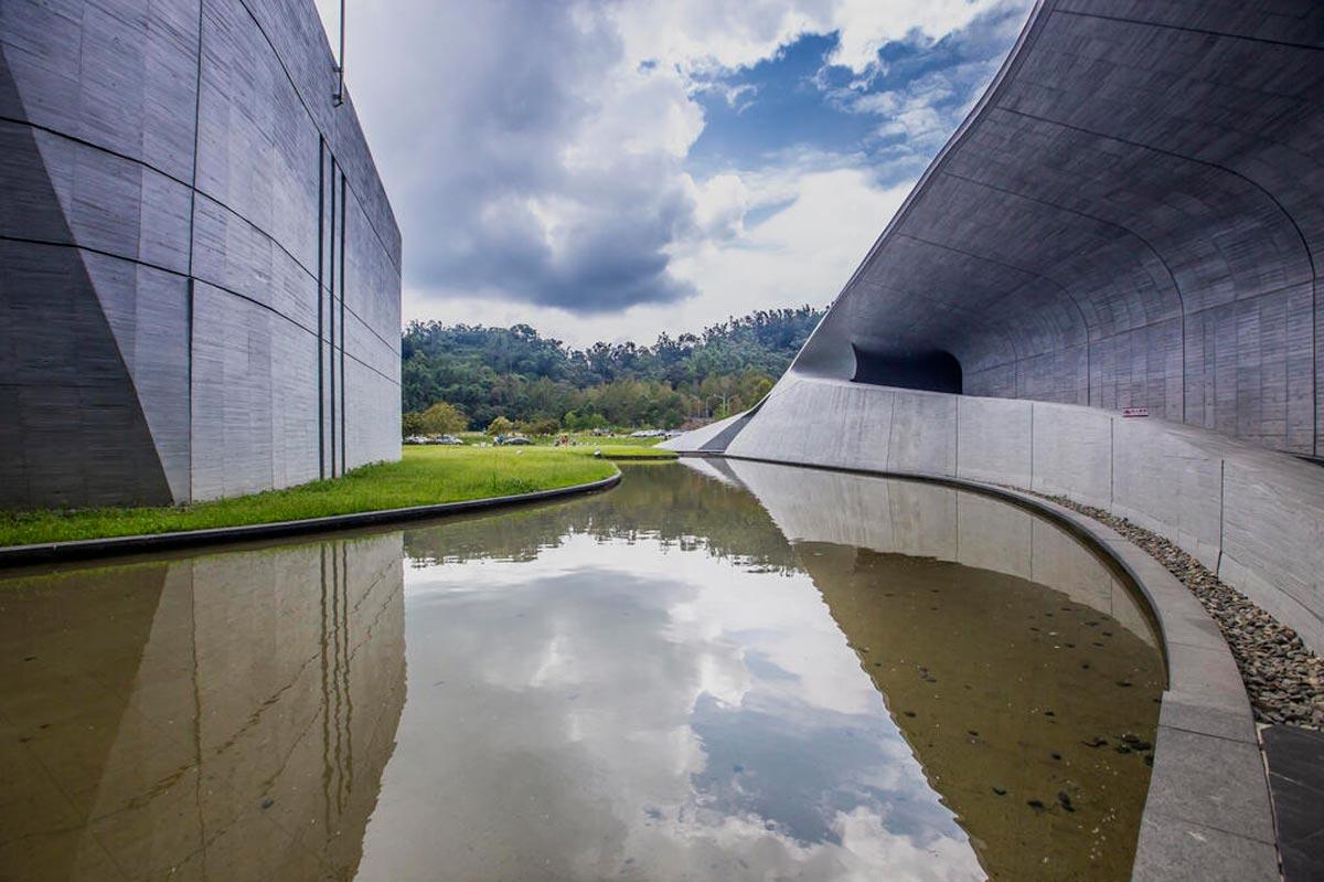 位於日月潭畔的向山遊客中心,清水模建築本身就像是一座自然景觀。(圖片來源/日月潭國家風景區官網)
