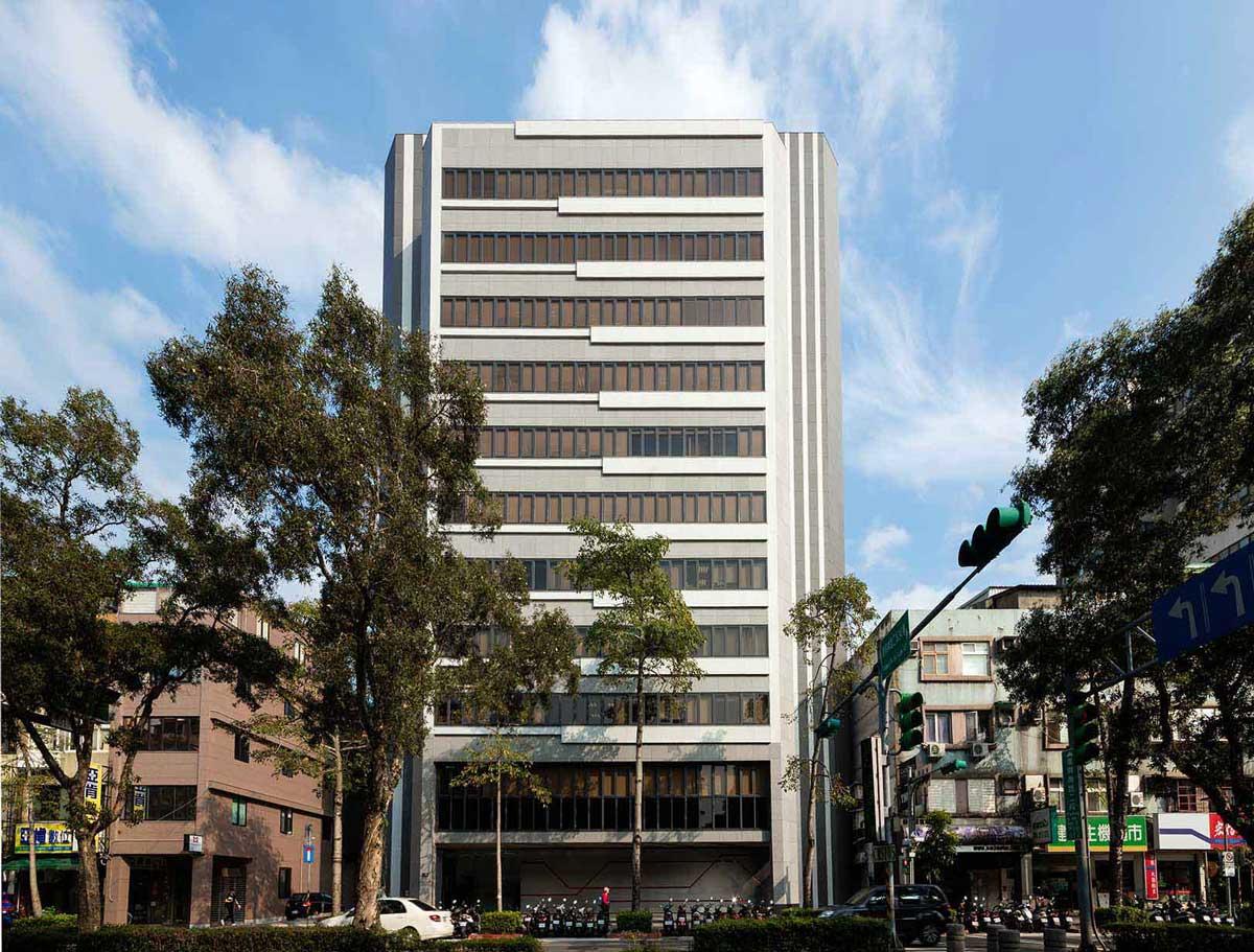 朋柏的外牆改修案例「中菱大樓」,榮獲2020國家卓越建設獎「最佳都市更新之整建維護類」特別獎。