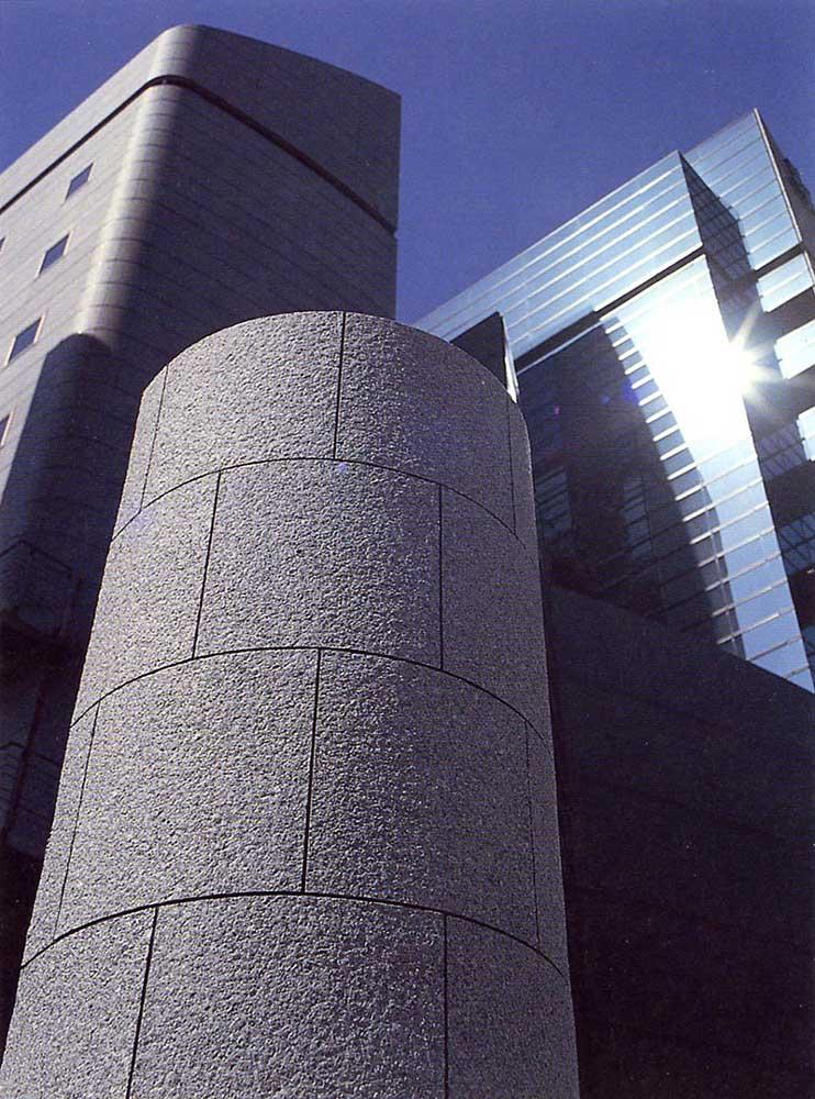 MA工法的輕軟石片有良好的追從性,可應用在曲面造型。(圖為日本原廠位於東京的案例)
