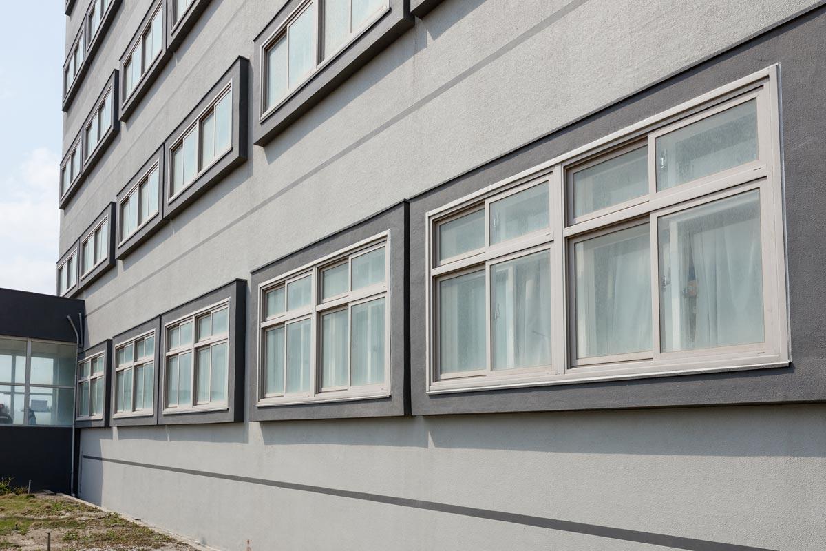 滴水條是朋柏外牆工程的標準配備,讓建築物外觀保持潔淨。(圖為台塑港務/港勤大樓案例)