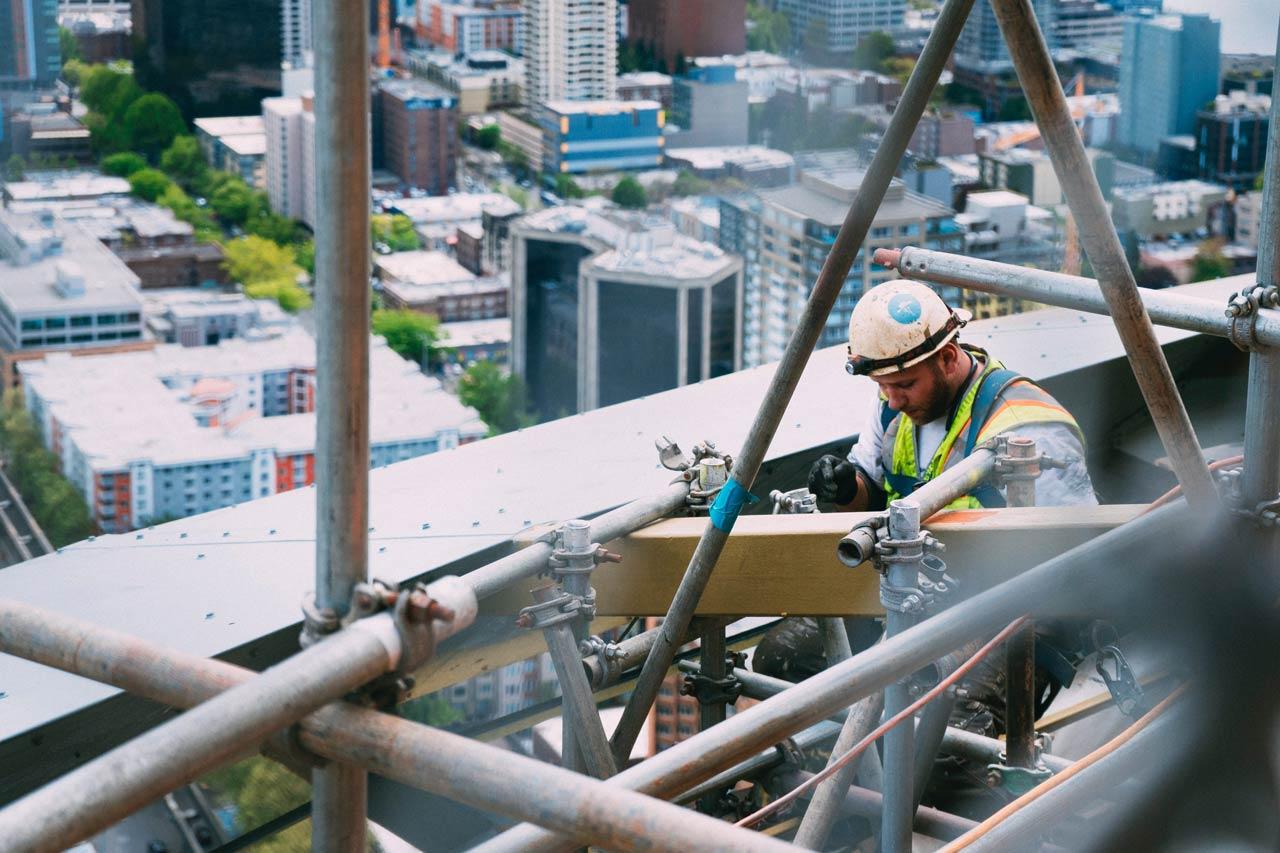 近年營建業大震盪,成本攀升、缺工缺料,影響不少工程進度。圖為情境示意圖。(攝影/Anthony Fomin/Unsplash)
