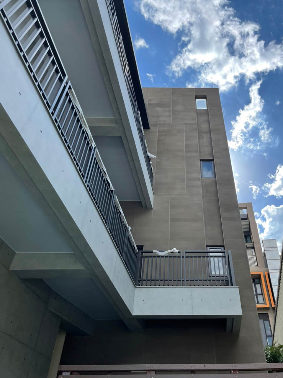 懿德發廠房側牆使用GR工法,表現出細緻立體條紋,遠看有特殊的自然漸層。